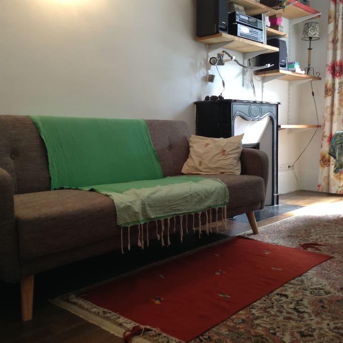 Le salon avec canapé convertible