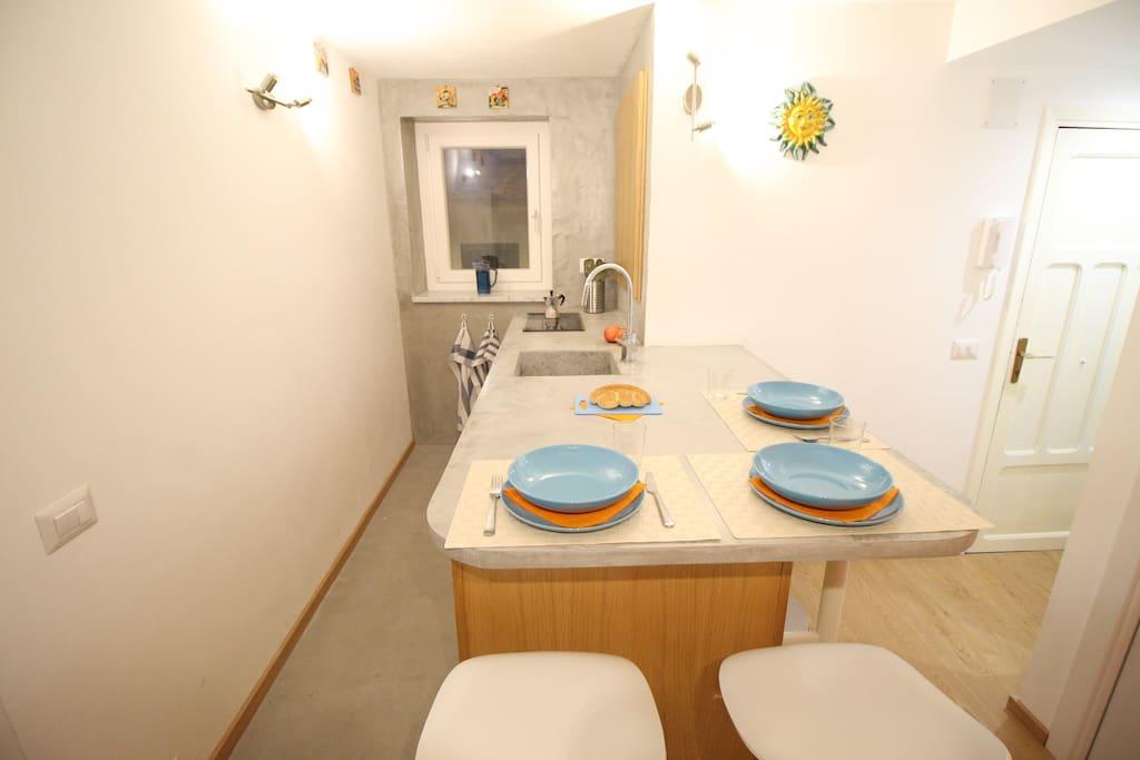Zona cucina con penisola attrezzata