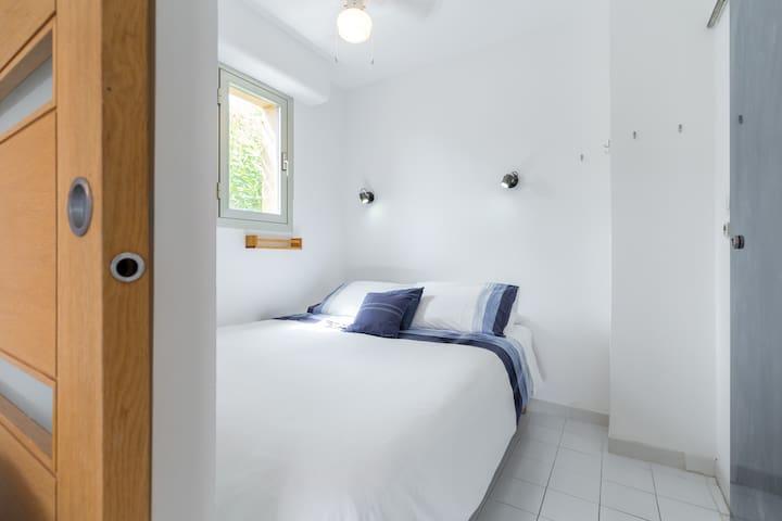 Bedroom, Queen size bed (160cm x 190cm)