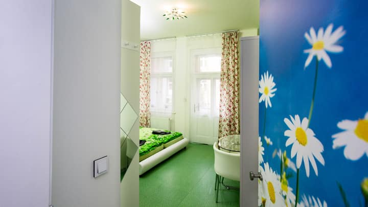 Four bed room, Spring theme - WALKABLE TO CENTRE
