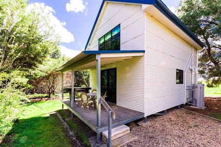Hillview Farmstay - Luxury Loft Family Cottage