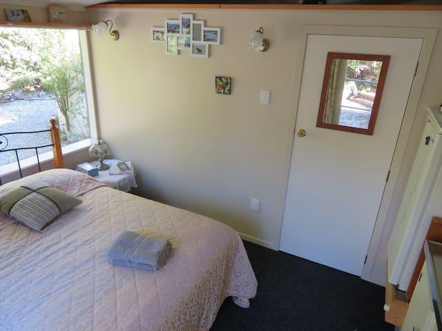 Room 4  'Homestays'    Graeme & Jenny