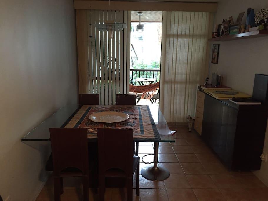Sala de jantar de frente com vista varanda .