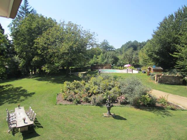 overzicht van de tuin aan de voorkant