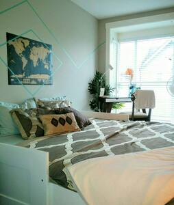 East Van private bedroom & bathroom near skytrain - Vancouver - Townhouse