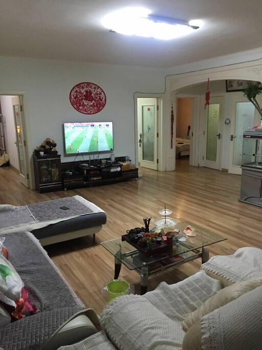 宽敞的大客厅,可以在客厅看55寸的大电视,免费上网。