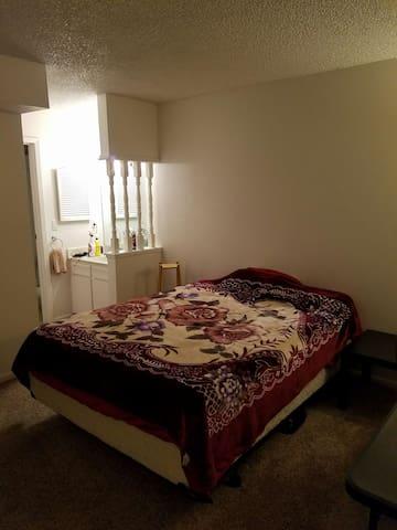 Private room in chill shared condo - Denver - Flat