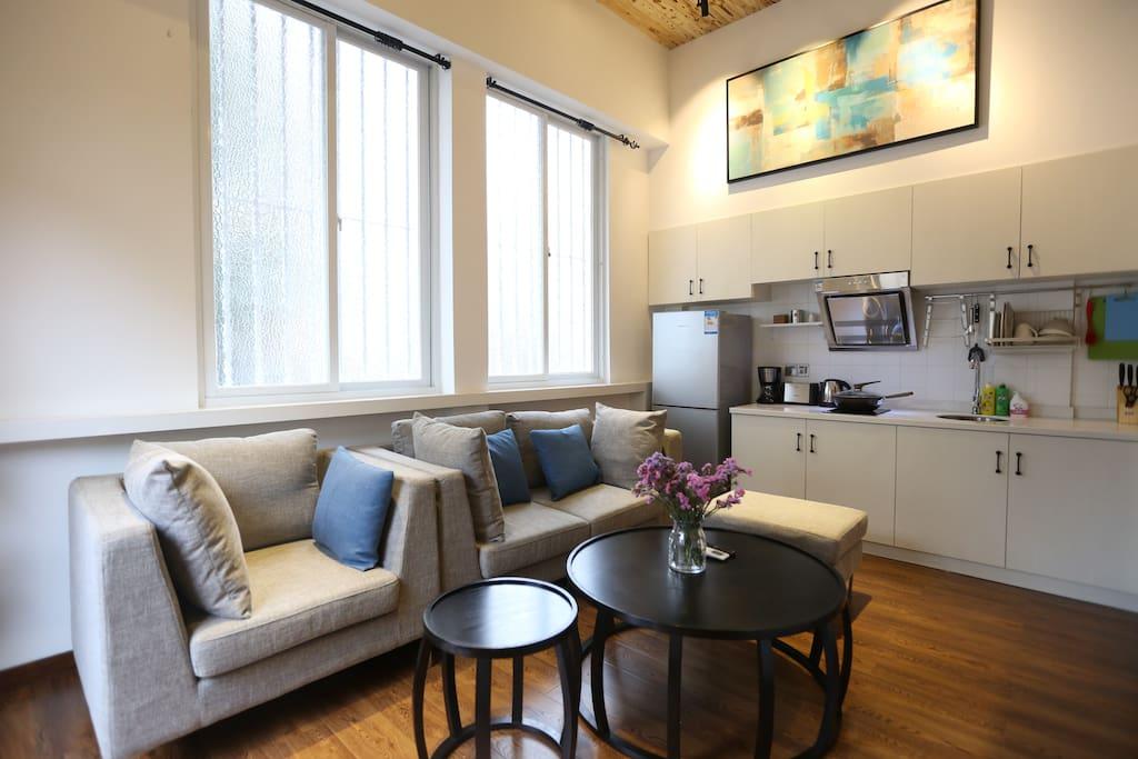 客厅一景,提供全套柔软沙发,茶几。