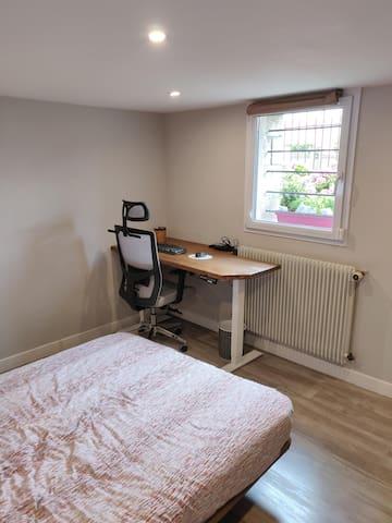 Chambre - Lit double et bureau (clavier, souris, et bientôt écran PC utilisable)