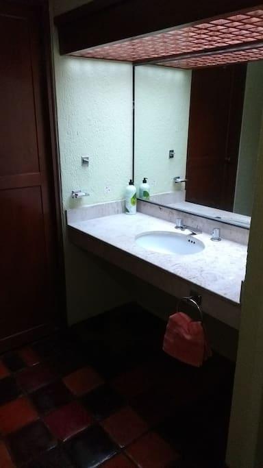 lavabo y tinta de baño con agua caliente y fria