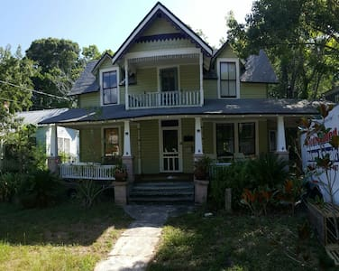 """""""The Gingerbread"""" Walk to Downtown , Large Yard - St. Augustine - Hus"""