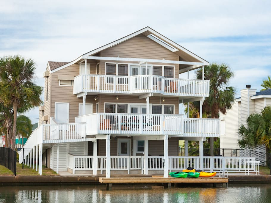 Multiple decks & waterfront areas allow large groups to relax comfortably.