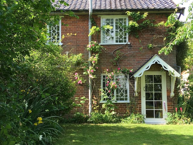 Peaceful rural retreat - sleeps 4 - IP31 1BA