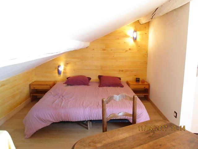 Un grand lit de 180 pour vos nuits tendres