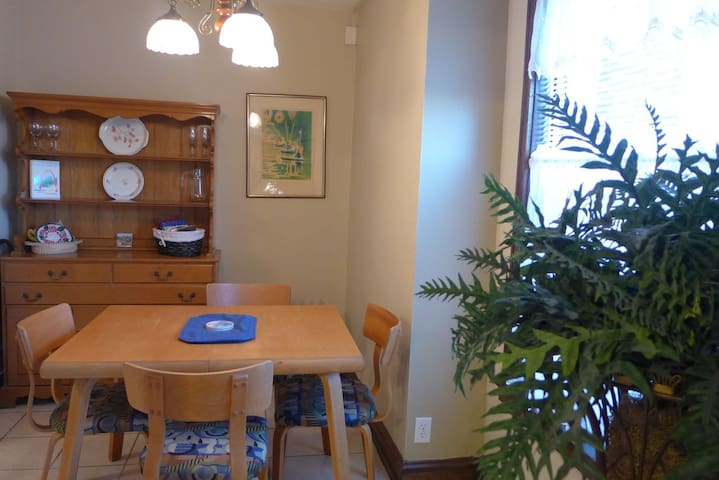 Grand Center: Lovingly Furnished Studio Across From SLU