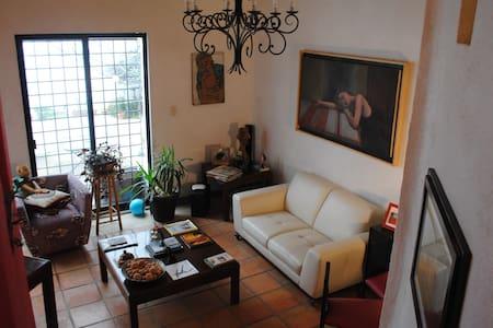 Bello cuarto en casa de estilo mexicano