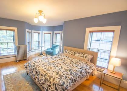 Elegant large bedroom in a Victorian Mansion - 2 - Boston