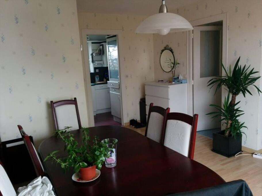 Coin salle à manger avec table accueillant 8 personnes