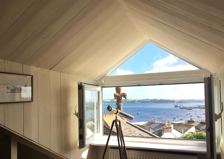 'No. 17' Central Falmouth Town House with Sea View