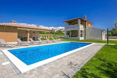 Villa Nata mit Pool - Poreč - Hus