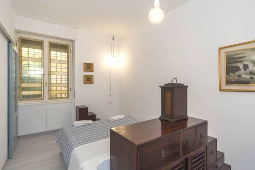 ROOM 3: queen size bed and en-suite bathroom with shower >> letto queen size e bagno in camera con doccia