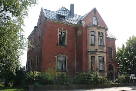 Gästezimmer in Gründerzeitvilla zentral an der A72 - Villa