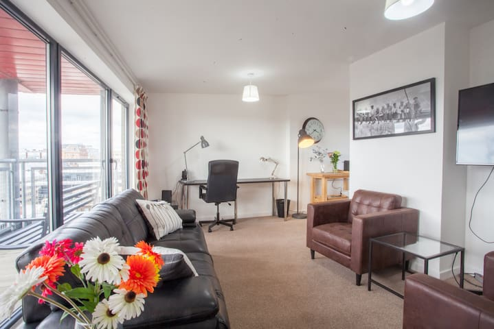 Bright, Central 2-bed Penthouse with Parking/Balcony/Stunning River and City Views!