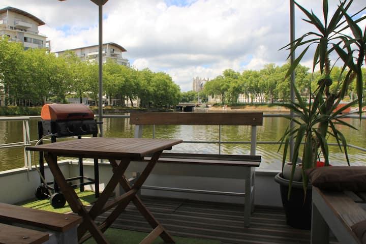 Péniche en plein centre de Nantes