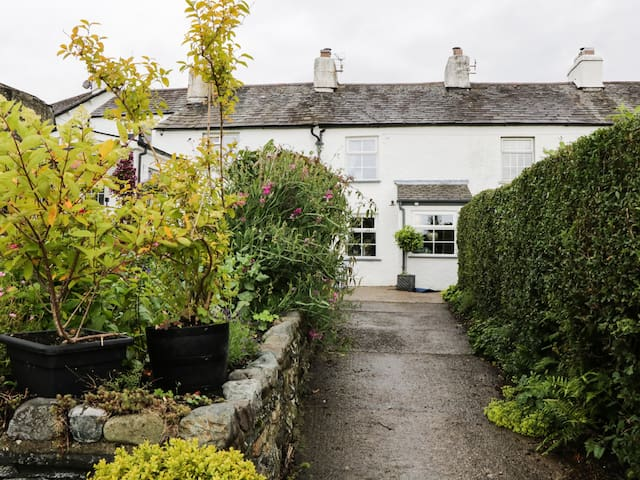 PEARL COTTAGE, pet friendly in Lowick Green , Ref 931726