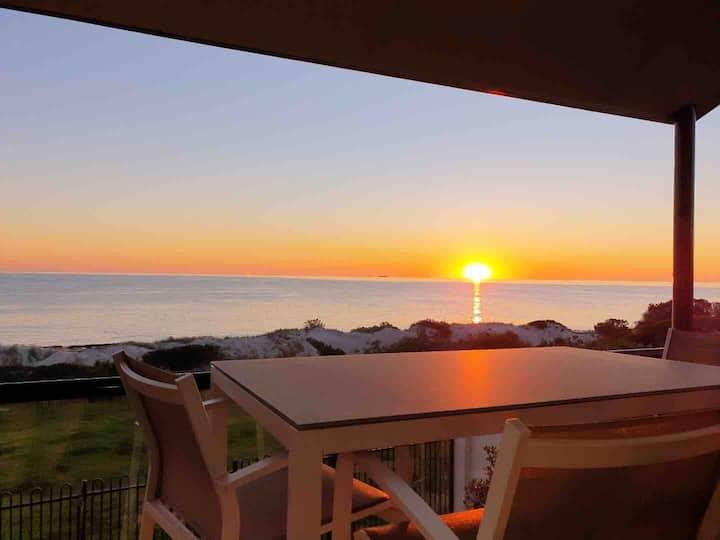 Luxurious, absolute beachfront, panoramic views ★