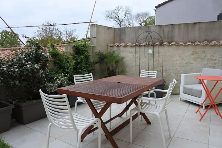 Terrasse avec vue campagne, pour des petits déjeuners et autres moments conviviaux