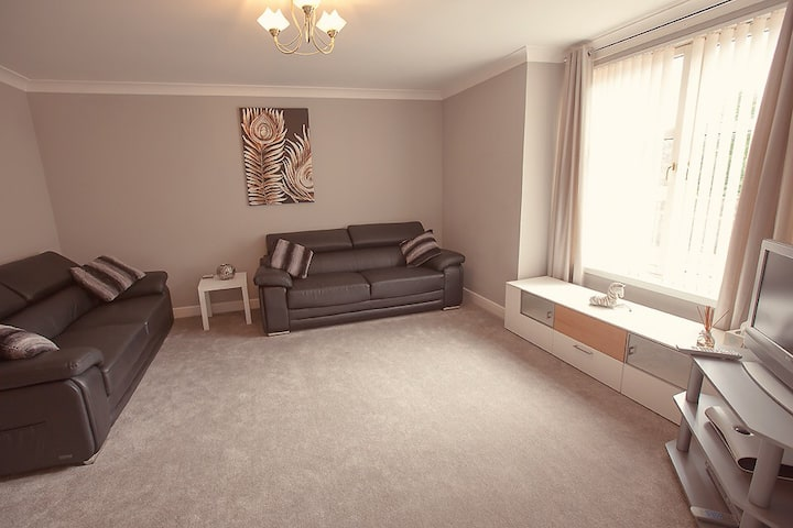 City Centre Luxurious 2 Bed Apt, Parking & WIFI