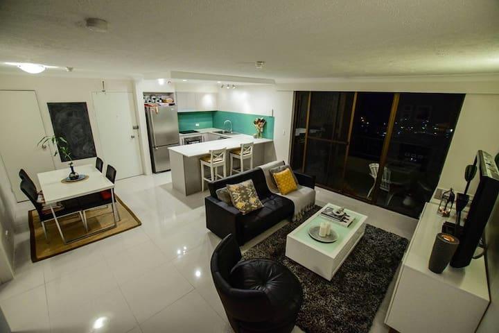 Modern apartment with Ocean views - Burleigh Heads - Apartemen