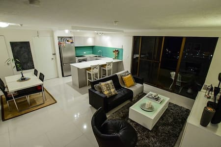 Modern apartment with Ocean views - Burleigh Heads
