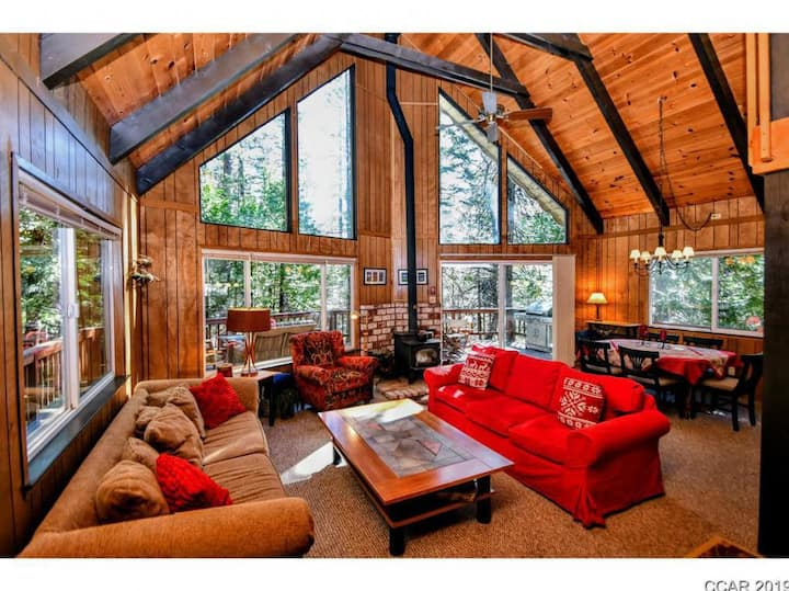 Blue Lake Springs Classic Chalet with Shared Pool