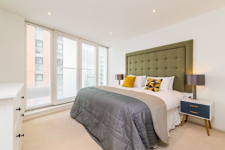Luxury 2 Bed, 1 min to ExCel, Emirates Cable Car