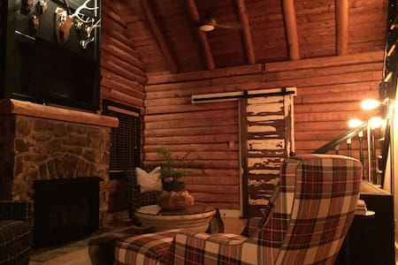 Cozy Mountain Log Cabin - Blowing Rock