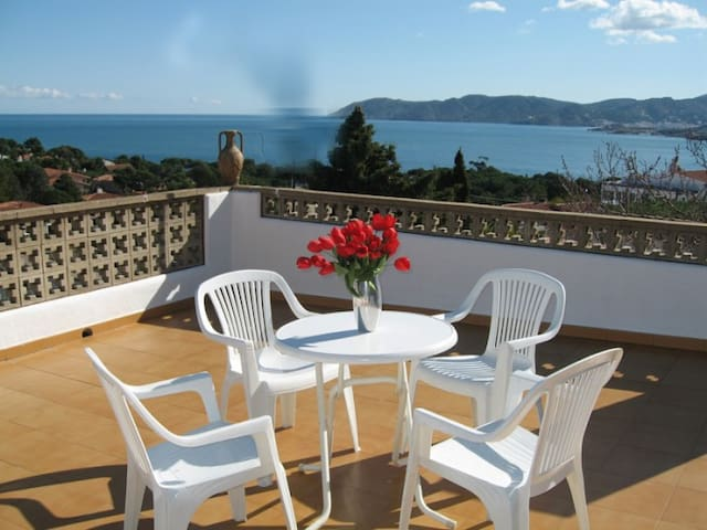 Nice apartment very well-appointed and furnished for 6 persons,.