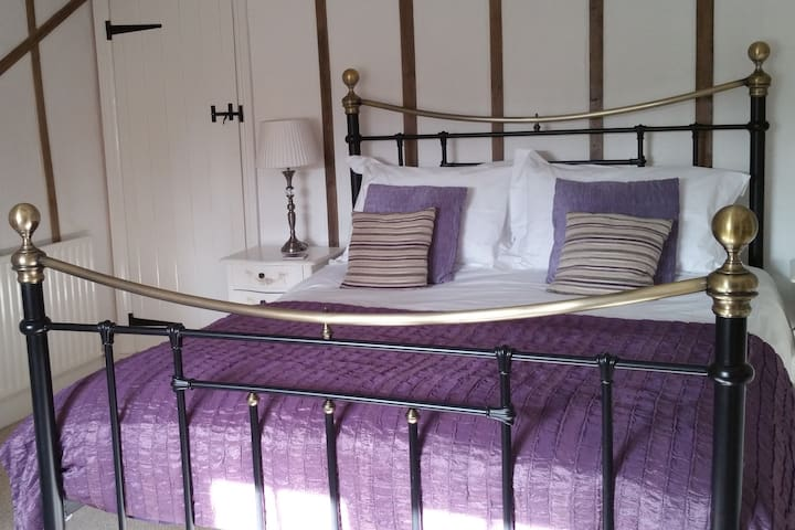 Farmhouse B&B - King Comfort Room/Ensuite Bathroom - Milton Keynes