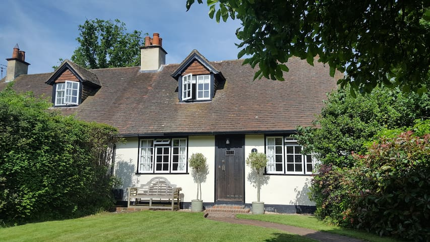 Historic & Cosy Country Cottage
