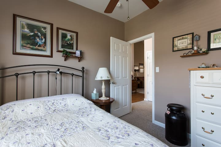 Charming room with private bath - Swannanoa - Casa