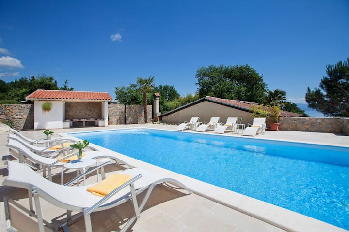 Comfortable, quiet villa with large pool, within walking distance of the beach