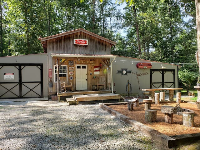 Little Cabin in the Woods ( Biker & Pet Friendly)