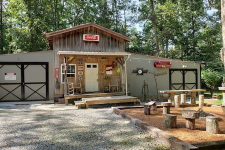 Little Cabin in the Woods -(Biker & Pet Friendly)