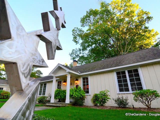 The Gardens Lily: Upscale home with patio and garden only 1 block to Lake Michigan