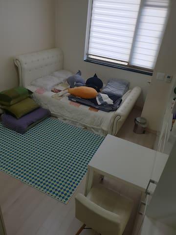 여러 카페트와 극강의 부드러움 극세사 이불 8개와 배게 8개가 슈퍼싱글침대 와 침대로 변경가능한 1인 소파베드와 함께 존재함 carpet, 8 soft covers and 8 pillows exist with a one-man sofa bed that can be changed to a king-size bed and a bed