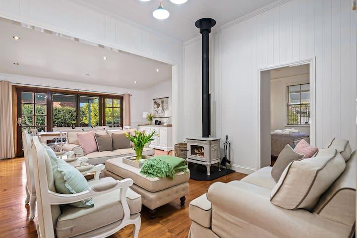 Frangipani House - Large, Comfy, East Toowoomba