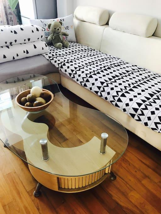 沙发床(在客厅)不宽,一米左右,但给你一个安静的私人空间。