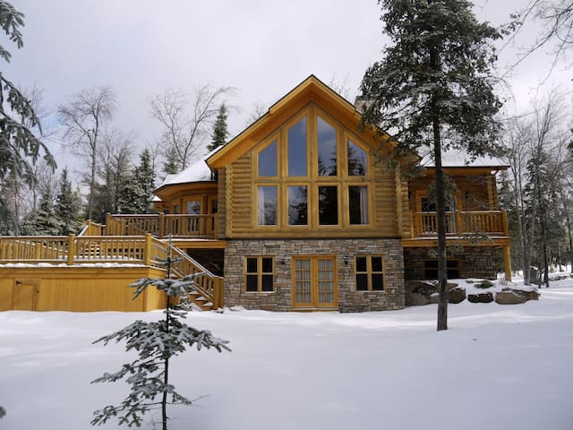Spacious Luxury Log Home with  private hot tub - Mille-Isles - Alpstuga