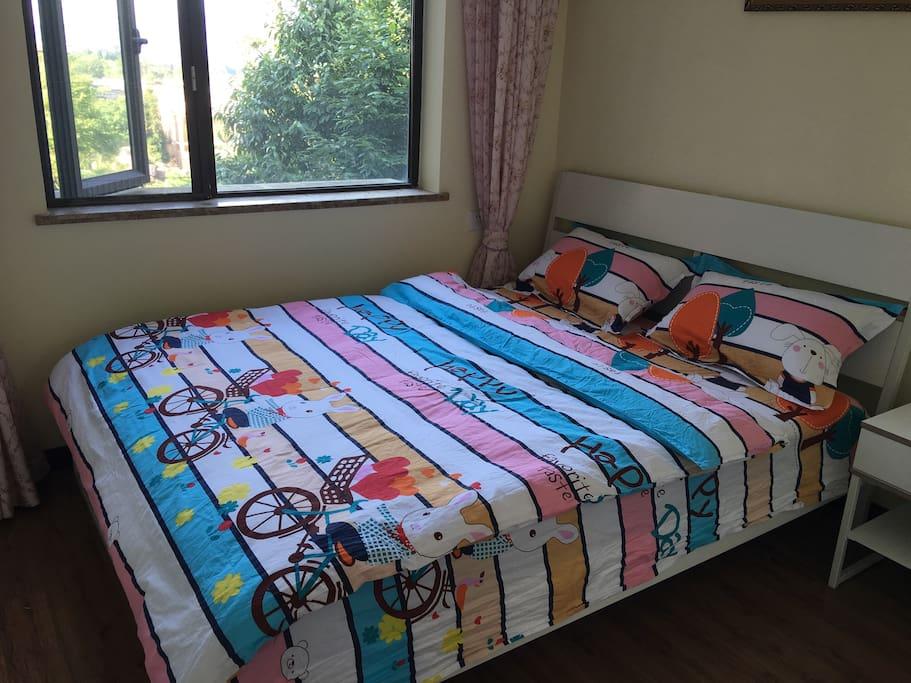 这个是次卧!床1.5,两个人完全没有问题,房间对着度假区内,非常安静,在房间里面很凉快!